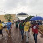 Debaixo de chuva, centenas de fiéis participaram de XIX Caminhada Bíblica na Capital