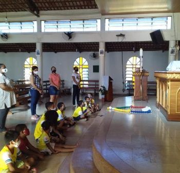 Crianças da Paróquia Santo Antônio do Aureny III rezam pelos Bispos e pela Igreja em Assembleia da CNBB